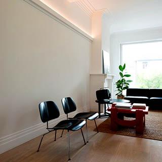 Wohnzimmer klassisch mit dekorativen Stuckleisten